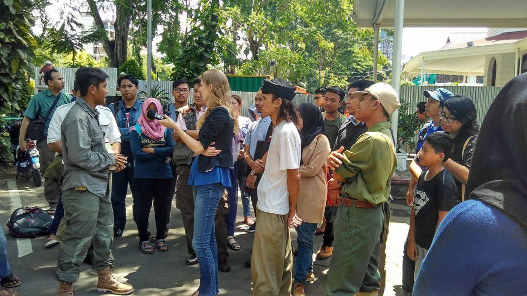 Ady Setyawan & Marjolein van Pagee pada saat memandu peserta setelah tiba di Balai Pemuda