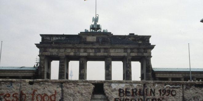 Ilustrasi serpihan Merah Putih di tembok Berlin