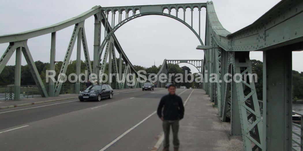 Tim Roodebrug Soerabaia saat mengunjungi Jembatan Glienicke