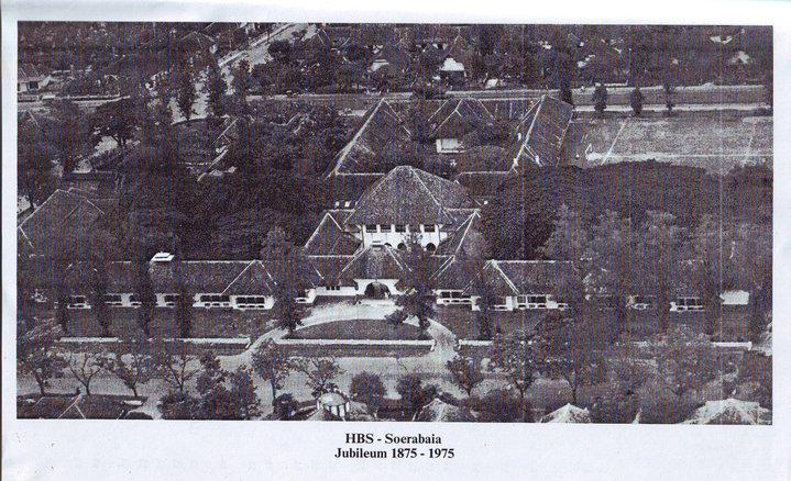 Dari foto ini tampak bahwa dulunya SMA 9 adalah lapangan untuk olahraga dan upacara