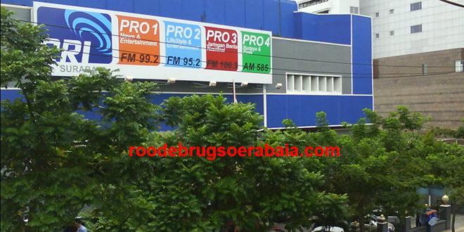 Gedung RRI Surabaya dengan tugu peringatan kecil di depannya