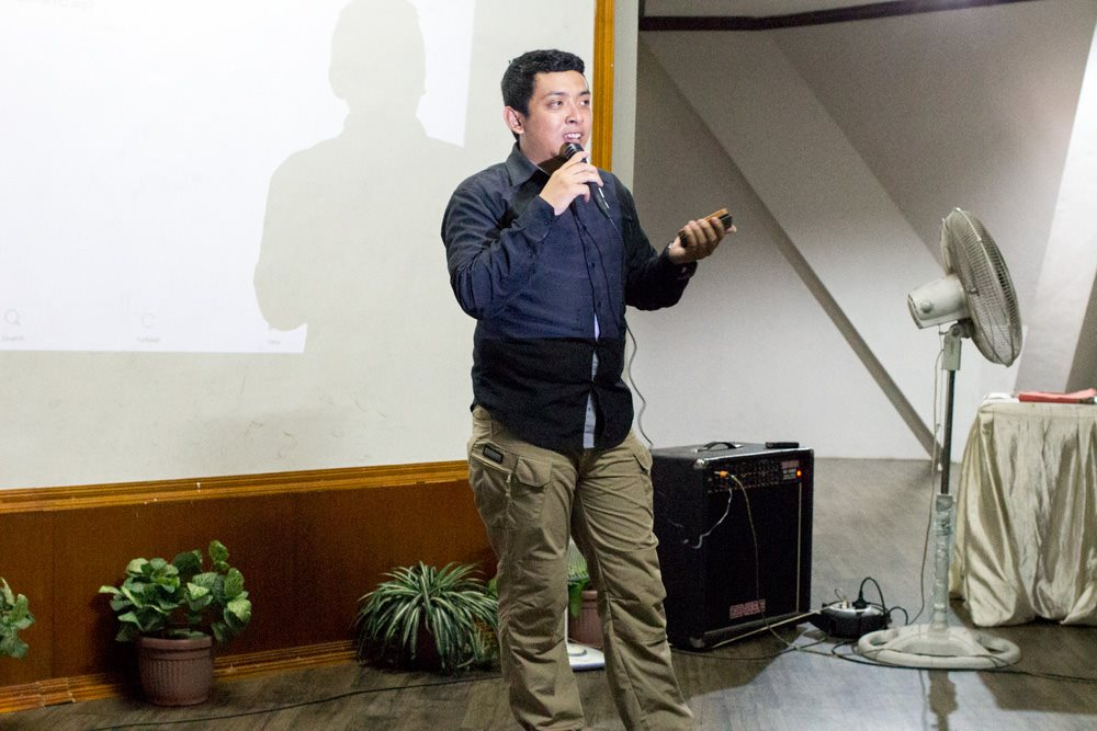 Johan Pradana Selaku Moderator saat memberikan kesempatan kepada peserta untuk mengajukan pertanyaan.