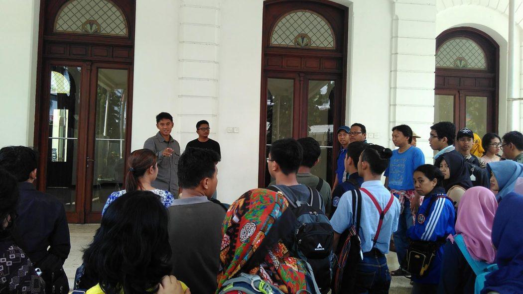 Ady Setyawan memberi arahan kepada peserta sebelum memasuki Gedung Pemuda.