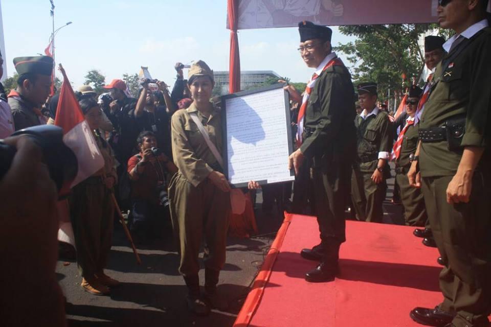 Parade Juang Surabaya tahun 2015 ketika kami membawakan tema teatrikal Pertempuran Alun-alun Contong dan memberikan replika plakat yang dicuri orang.